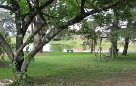 Un coin du parc avec une des balançoires pour les enfants au Masbareau à Royères