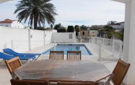 Villa au canal avec piscine privée de 8 m x 4 m (avec protection pour les enfants) et amarre de 1...