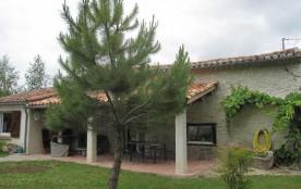 Maison de pays restaurée, indépendante en bordure d'une route communale à 3 km du village médiéva...