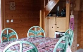 Coin repas Table ovale et 6 chaises (6 chaises pliantes sont dispo) Cave a vin