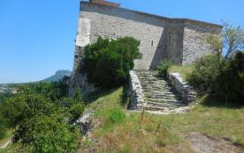 Un chateau fort  dans la vallée de la Drôme