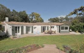 Villa avec piscine 8 personnes. Location vacances, île de Ré, jolie maison dans un secteur boise,...