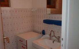 salle de bains du petit appartement