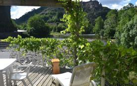 Terrasse de la salle à manger avec vue sur le château