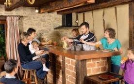 Le coin cuisine et son bar du gite rural le Vieux Domaine Royères Haute-Vienne