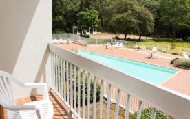 Logement avec chambre séparée, balcon, piscine et tennis