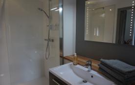 Salle de bains 2 : grande douche à l'italienne 90 x 150 cm, WC, radiateur sèc...