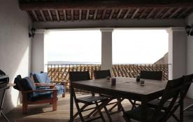 Grande terrasse aménagée avec vue imprenable sur l'étang