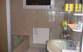 salle de bain avec cabine de douche, baignoire, lavabo, bidet et WC