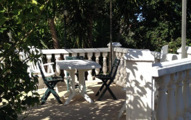 1 terrasse avec table jardin et barbecue