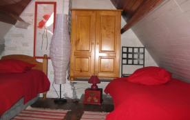 chambre rouge 2ème étage ( pas pour petits enfants)