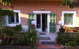 Appartement T2 en rez de jardin de villa calme au coeur du village à 200 m du port et des plages