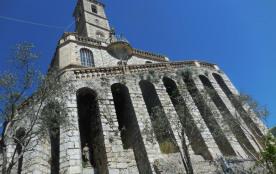 une eglise sur un piton rocheux dans la Drome provençale