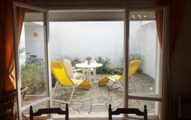 le séjour ouvre au sud sur la terrasse
