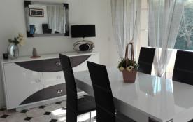 salle de séjour toute équipée et facile d'entretien pour des vacances