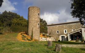 Le gîte Le Mas Bernard est une ancienne ferme agricole et magnanerie sur 2 Ha d'espace privé, entre pinède et oliveraie
