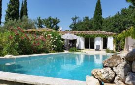 Maison grandes baies vitrées donnant sur un grand jardin et piscine plein sud