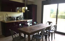 Coin salon - salle à manger - cuisine qui donne sur la piscine