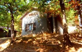 15 gîtes indépendants sur un terrain boisé à 1 km du village, onzième gîte sur 2 niveaux.