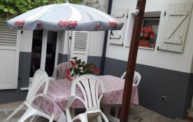 l'été vous pourrez manger dehors à l'ombre du parasol dans la cour commune.