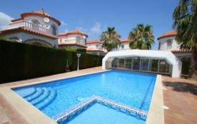 Accueillant 6 personnes, cette location est située dans un quartier calme et profite d'une piscin...