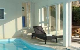 Villa avec piscine intérieure vue sur la mer de toutes les pièces, ouverte de toutes parts, elle ...