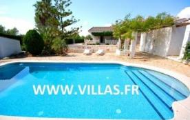 Villa GX RIBA. Confortable et bien équipée, elle offre un agréable jardin avec piscine privée.