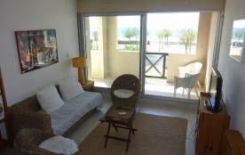 Appartement 3 pièces au rez de chaussée surélevé d'une résidence en bordure directe de la plage.