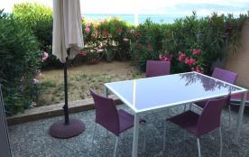 Porticcio: Idéalement situé au centre de la Plage surveillée d'Agosta, grande terrasse et jardin de 50 m2