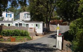 Mobil home récent gamme STANDARD 1 chambres (2/4 personnes) équipé d'une terrasse en bois couverte.