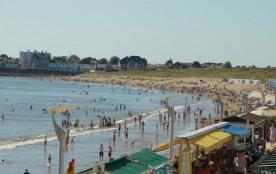 Grande plage avec l'appartement au fond en été