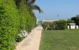 portail donnant accès à la mer et route vers la plage à 4 minutes