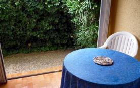 2 personnes maximum. Studio dans résidence. Rez-de-jardin. Location classée meublé de tourisme un...