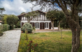 Villa landaise très spacieuse sur un jardin clos et boisé d'environ 1500 m². Cette maison de 6 pi...