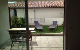 La terrasse et une partie du jardin patio