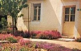 Gîtes de France - Dans le bourg, proche des propriétaires, gite avec entrée, cour et terrain indé...