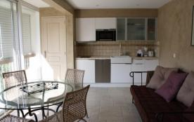Appartement de type studio de 43 m² entièrement rénové et climatisé.