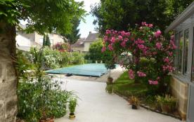 Charmante maison , au calme et à 300m du centre ville ,  avec piscine et jardin .