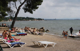 Mobil-home 2 chambres – Situé en bord de plage de l'Etang de Berre, le camping Marina Plage vous accueille dans des m...