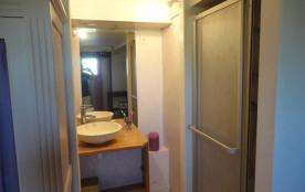 Lavabo et douche dans la chambre du sous sol