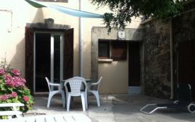 Charmante petite maison ensoleillé typique au centre du village