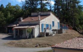 Gite communal mitoyen à un autre gîte, faisant partie d'une maison indépendante située dans un pe...