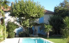 Le Petit Hameau est une maison particulièrement agréable et adorable, située au centre du village...
