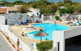 D'une superficie de 29 m², cet hébergement bénéficie d'une terrasse couverte avec un salon de jardin pour déguster vo...