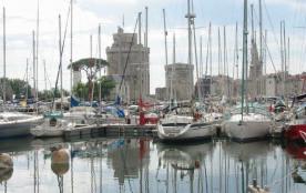 La Rochelle/Vieux Port, face au port de plaisance et face aux 2 tours de La Rochelle, au cœur de ...