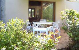Confortable et lumineux gîte aménagé (85m² habitable) dans une ancienne fermette, mitoyenne avec les propriétaires.