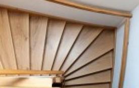grand escalier qui mène aux chambres