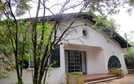 Villa de plain pied des années 1965 sur terrain environ 500 m² quartier calme à environ 150 m du ...
