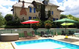 Chateau et 5 gîtes avec 2 piscines chauffées proche chateau Hautefort en Dordogne