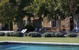 Les lavandes de la Provence entoure la cour de 600m2
